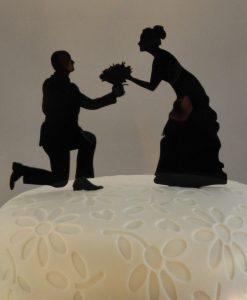 Bruidspaar knielend taarttopper